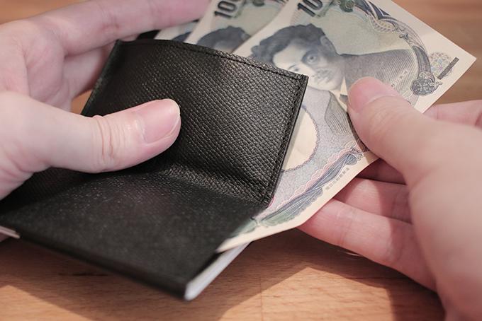 aaa5f21d6df8 あまりコインは入れることができず、枚数が増えると使いづらくなる。ですが、深さが浅いので枚数が少なければ非常にコインへのアクセスはしやすい。 財布を開くと 札 ...